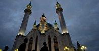 Мусульмане у мечети, архивное фото