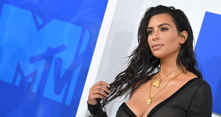 Модель ителеведущую Ким Кардашьян ограбили неизвестные вполицейской форме