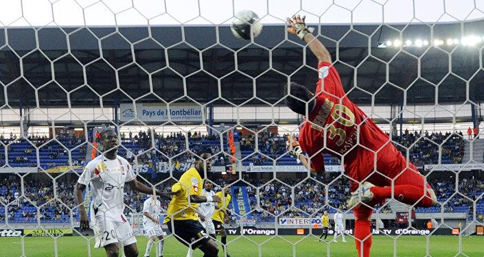 Вратарь французского клуба Ванн Жан-Франсуа Беденик спасает ворота во время матча