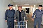 Оказание материальной помощи ветерану правоохранительных органов Алмазбеку Акчекееву, которому ампутировали обе ноги в результате ранения, полученного на площади Ала-Тоо 7 апреля 2010 года