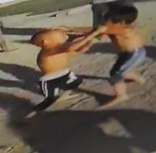 Снимок со страницы социальной сети Facebook, видео, на котором два мальчика (примерно семи-восьми лет) жестоко дерутся друг с другом под одобрение окружающих их взрослых