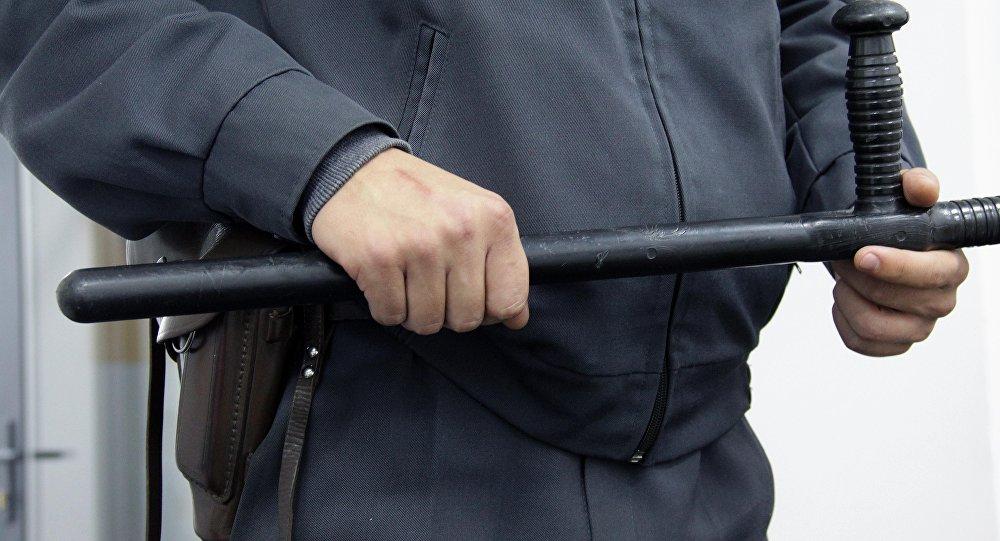 Сотрудник милиции держит дубинку. Архивное фото