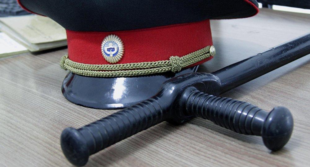 Дубинка и фуражка сотрудника милиции. Архивное фото