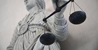 Статуя богини правосудия Фемиды в здании суда во Франции. Архивное фото