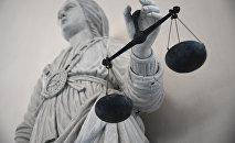 Статуя богини правосудия Фемиды в здании суда во Франции