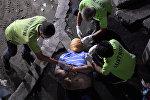 Сотрудники похоронной службы убирают клейкую ленту вокруг головы и запястья рук тела человека, которого полиция допрашивала в связи с наркотиками в Маниле, Филиппины. 21 сентября 2016