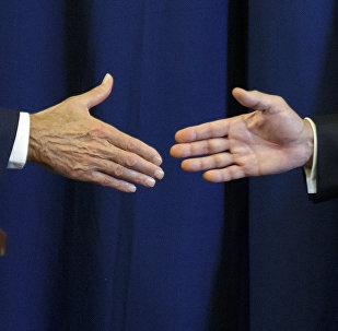 Рукопожатие. Архивное фото