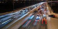 Автомобильное движение на одной из улиц Москвы, архивное фото
