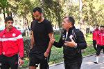 Ливандык футболчулар Бишкек шаарын аралап, селфи жасашты
