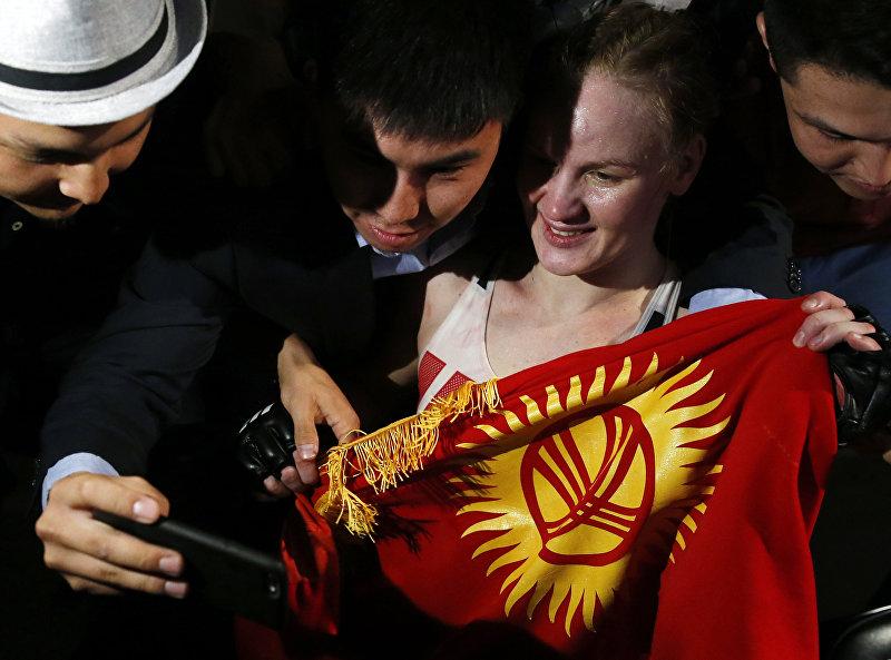 Тайбоксер из КР Валентина Шевченко фотографируется с фанатами после победы над Холли Холм, архивное фото