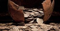 Монеты выпадают из кувшина. Архивное фото