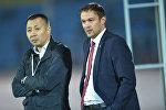 Генеральный секретарь Федерации футбола Кыргызстана Асылбек Кадыралиев и главный тренер сборной Кыргызстана Александр Крестинин. Архивное фото
