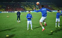 Футболисты сборной Кыргызстана до начала товарищеского матча между сборными Кыргызстана и Ливана на стадионе имени Долона Омурзакова в Бишкеке.