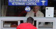 Водители грузовых автомобилей оформляют документы на пограничном контрольно-пропускном пункте. Архивное фото
