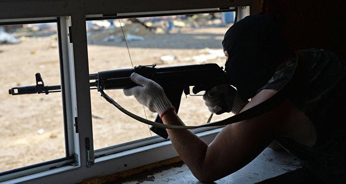 Вооруженный мужчина в маске. Архивное фото