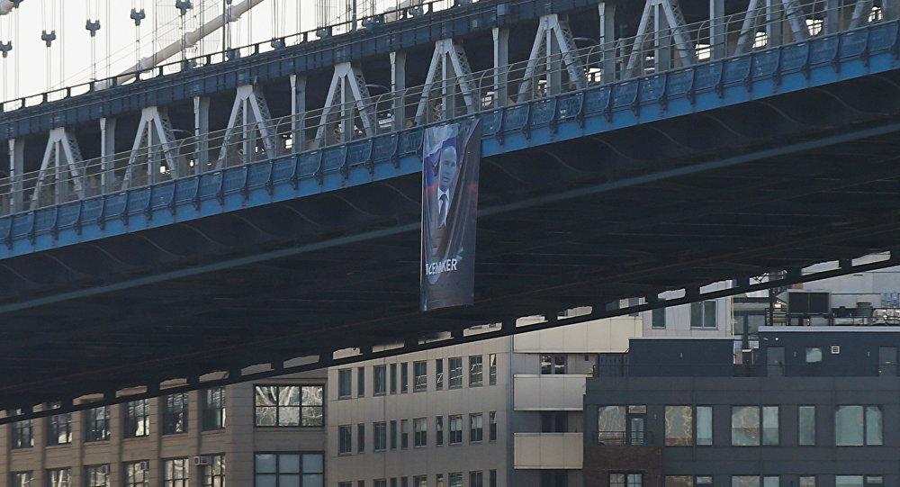 Баннер спортретом В.Путина вывесили намосту вНью-Йорке