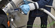 Ишкер жүк ташыган унааны газ менен толуктап жатат. Архив