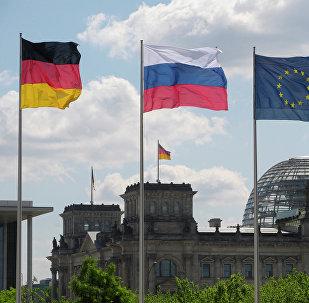 Архивное фото флагов Германии, России и ЕС (слева направо)