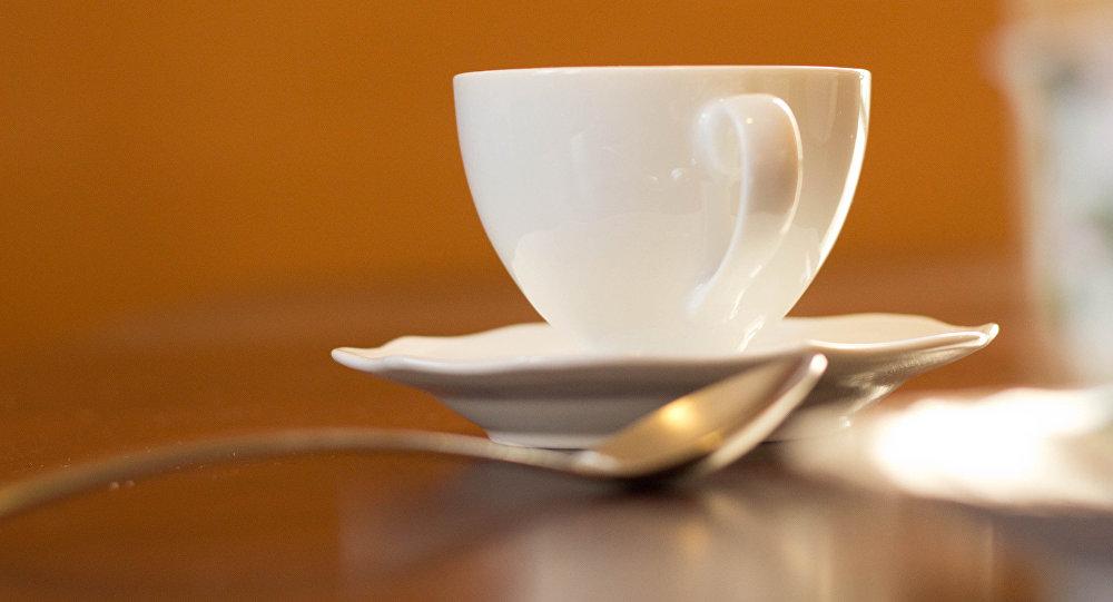 Чашка чая на столе. Архивное фото