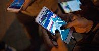 Игроки играют на смартфонах в Pokemon GO, архивное фото
