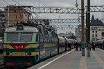 Пассажиру у поезда на платформе, архивное фото