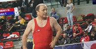 Экс-министр внутренних дел, вице-президент Федерации спортивной борьбы КР Мелис Турганбаев во время схватки с соперником из Японии