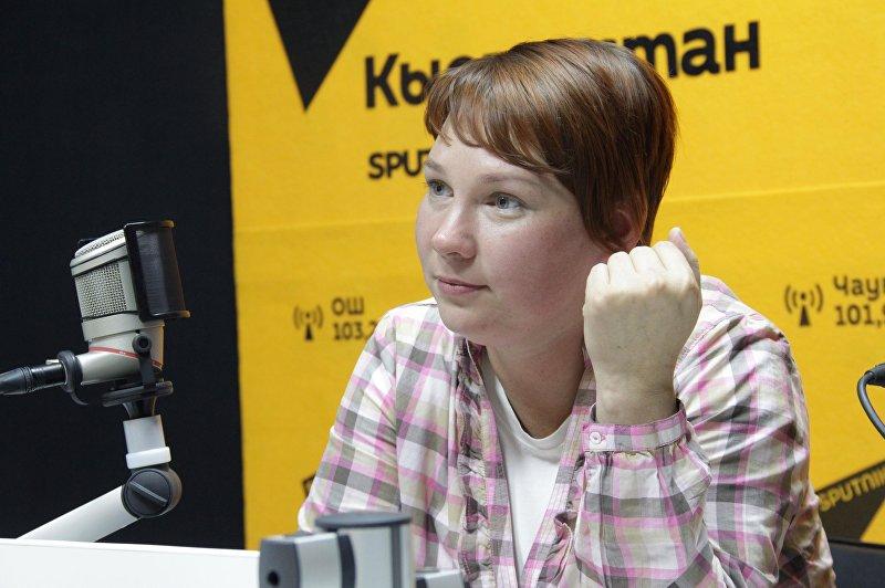 Корреспондент Вечернего Бишкека и волонтер Надежда Хохлова во время интервью на радио Sputnik Кыргызстан