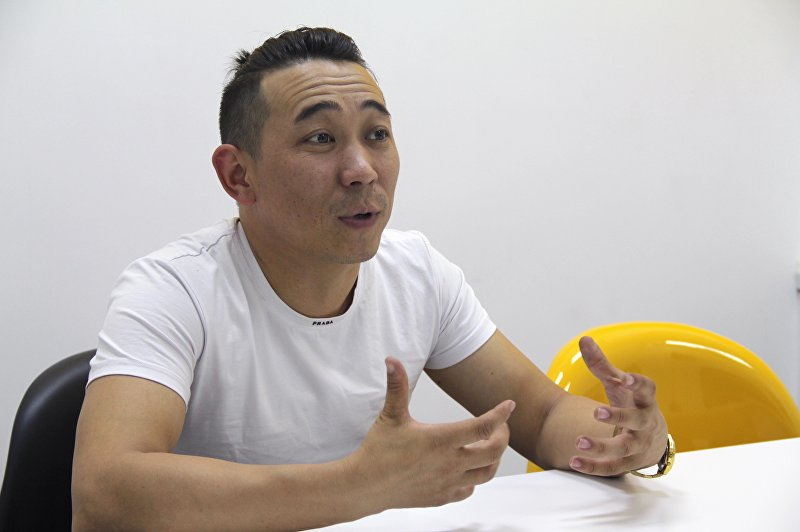 Кыргызский исполнитель Кайрат Примбердиев во время интервью информационному агентству Sputnik Кыргызстан