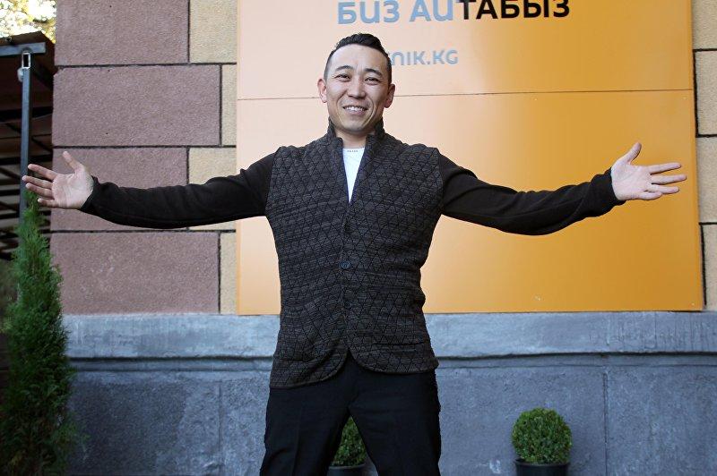 Кыргызский исполнитель Кайрат Примбердиев во время посещения радио Sputnik Кыргызстан