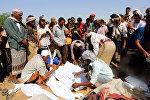 Йеменцы во время похорон у тел членов одной семьи, которые были убиты в результате авиаудара в Сане