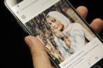 Мужчина на телефоне смотрите Instagram пользователя mariaalia. Архивное фото