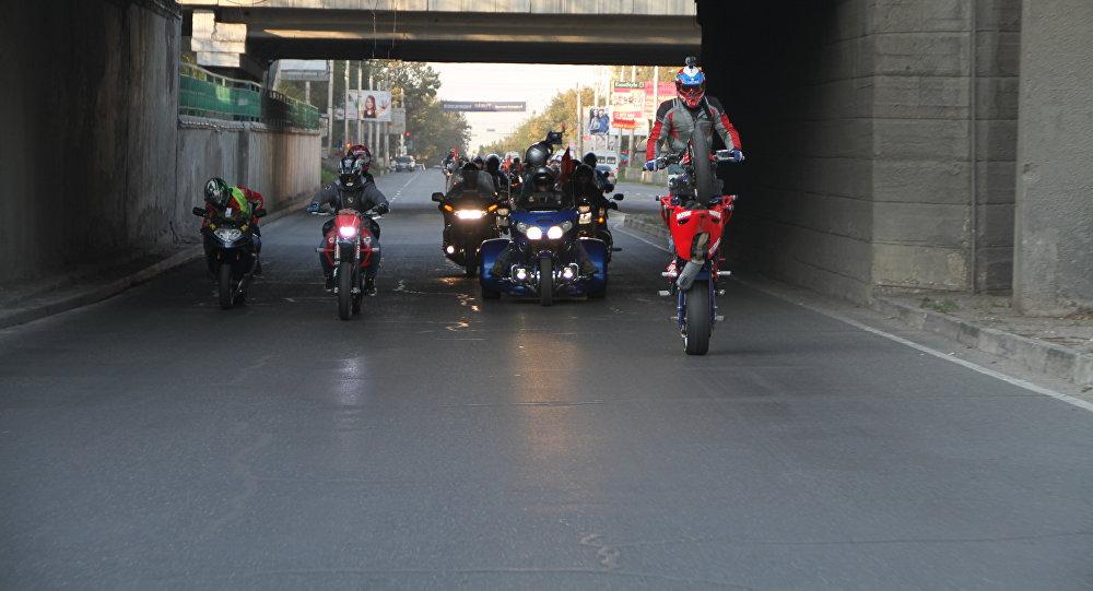 Байкеры едуп по улицам Бишкека на закрытии мотосезона в Кыргызстане