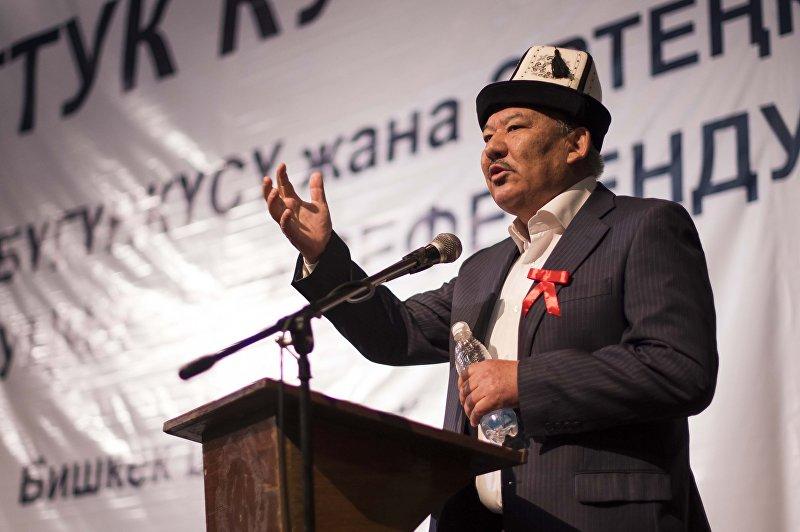 Экс-депутат Азимбек Бекназаров выступает на собрании народного курултая в Русском драматическом театре в Бишкеке