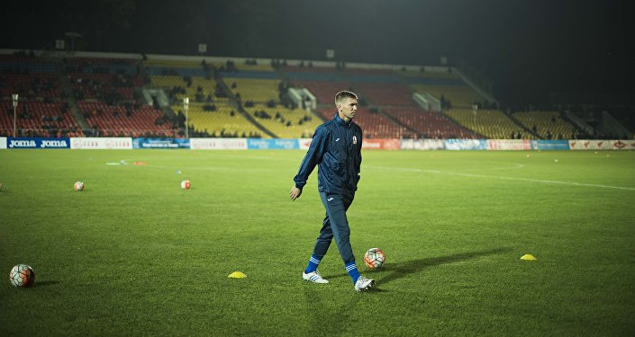 Член футбольной сборной КР на стадионе имени Долона Омурзакова в Бишкеке. Архивное фото