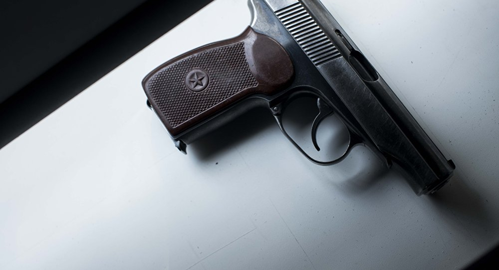 Архивное фото огнестрельного пистолета на столе