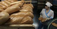 Свежевыпеченный хлеб на пекарне, архивное фото