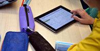 Ребенок пользуется планшетом. Архивное фото