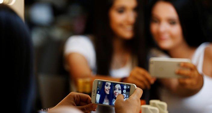Архивное фото девушек делающих селфи