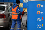 Күйүүчү май куюп жаткан Газпром кызматкери, архив