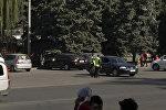 Патрульные милиционеры Бишкека в светоотражающих жилетах на площади Ала-Тоо