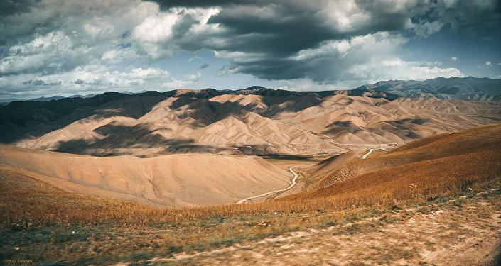 Сам Тугалев рассказал корреспонденту Sputnik Кыргызстан, что эти фото были сделаны минувшим летом во время сьемок короткометражного фильма Lost in Kyrgyzstan (Потерянный в Кыргызстане).