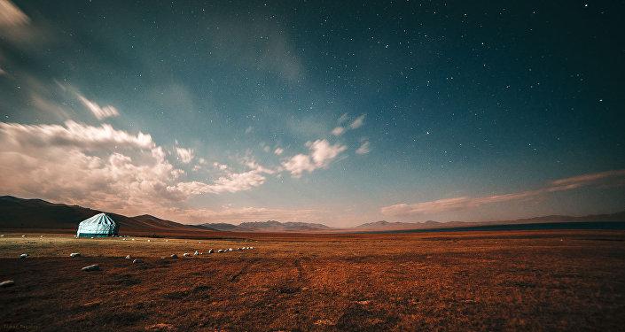 Фотографии известного режиссера Тимура Тугалева, сделанные на озере Сон-Коль, претендуют на победу в престижном фотоконкурсе National Geographic Nature Photographer of the Year 2016.