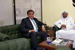Встреча посса Кыргызстана в Кувейте Жусупбека Шарипова и региональный директор по сотрудничеству с Азией КФАЭР Юсуфом Аль-Бадрем