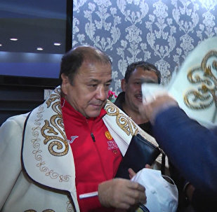 Ак калпак менен ак чепкен: Турганбаев менен Изабековду аэропорттон тосуп алышты