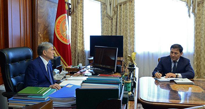 Президент Кыргызской Республики Алмазбек Атамбаев во время встречи с председателем Государственного комитета национальной безопасности страны Абдилем Сегизбаевым