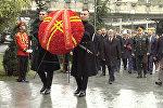 Атамбаев Грузиянын биримдиги үчүн курман болгондордун мемориалына гүлчамбар койду