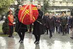 Атамбаев возложил венок под траурную музыку в Тбилиси