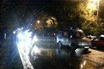 Элебесов көчөсү менен Жибек Жолу көчөсүн көздөй кетип бараткан автоунаа жүргүнчүнү коюп кетти