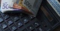 Калькулятор и деньги. Архивное фото
