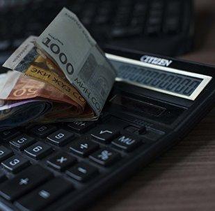 Деньги и калькулятор. Архивное фото
